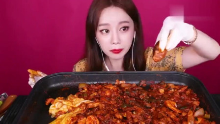 韩国美女吃货,吃章鱼和虾,现烤现吃,放了许