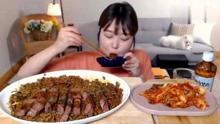 韩国美女吃货,吃炸酱面、烤牛肉、辣白菜,吃