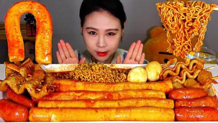 美女韩国大胃王,吃炒年糕和火鸡面,搭配火腿