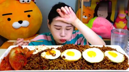 韩国美女吃货大胃王,吃5个煎蛋、炸酱面、辣白