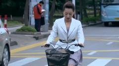 美女穿短裙骑自行车,路上不停地压裙子,开车