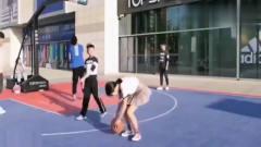 美女打篮球,这技术秒杀所有人,就是穿着短裙