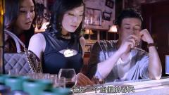 男子在酒吧玩游戏,吸引美女来围观!