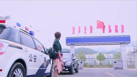 剧中美女在警察局拦着帅哥,没想到弟弟坐牢了