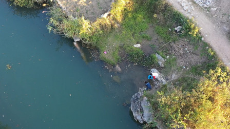 小伙用无人机航拍找深潭,不料在河边拍到2个美