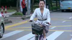 美女穿短裙骑自行车,边踩边不停地压裙子,看