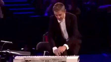 憨豆先生在交响乐演出是幽默和音乐结合,值得