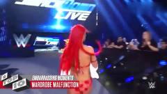 WWE:美女刚上台,衣带就断了,对手惊讶的直捂