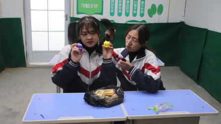 同桌吃零食给丸子炫耀,不料丸子制作粘土章鱼