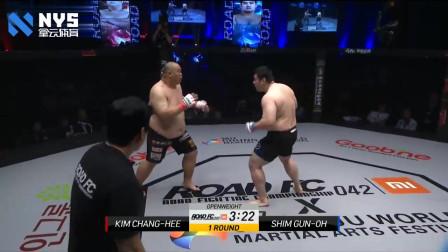 韩国300斤巨兽一身肥膘看着就很壮,裁判在一旁