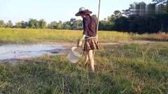 农村美女穿着时尚小短裙在地里搞野抓鱼,也不