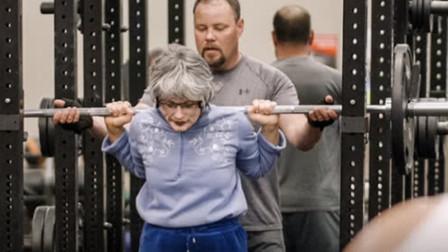 肌肉美女假扮老**,去健身房狂虐一批壮汉,反应