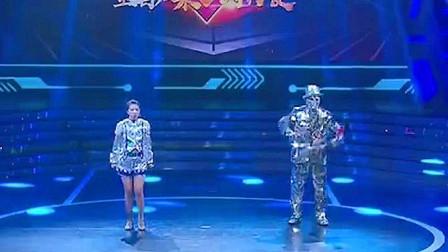 男子扮相机器人登场,和美女共跳热舞,全程无