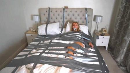 老外用生命恶搞,将熟睡女友用胶带绑在床上,