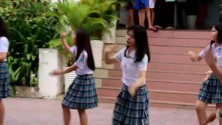 高校学生课间舞蹈,背景音乐太逗了,谁能听出