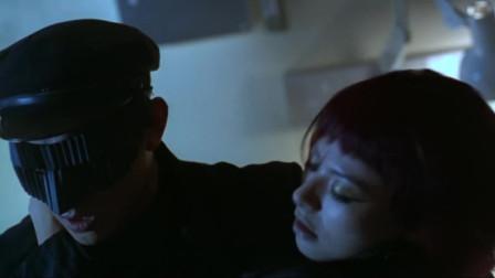 李连杰抱起美女的动作太帅,没点肌肉根本做不