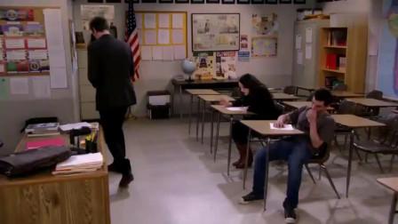 整个考场就两个考生,美女答题方式很奇葩,全