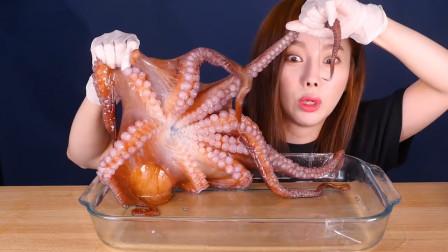 韩国美女吃大章鱼,玩的时候太害怕,吃的时候
