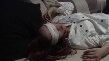 温柔的谎言:美女晕倒在沙发上,怎料两名男子