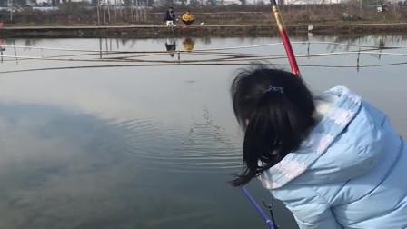 农村小媳妇池塘钓鱼,结果有大货上钩,可把美