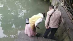 在成都锦里古街道游玩一位美女池塘边自拍时不