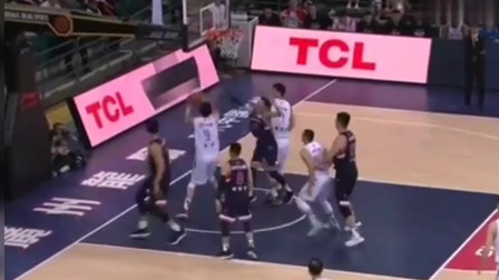 篮球赛事:周琦欲扣篮结果卡篮脖子上,这家伙给尴尬的