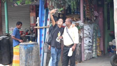 拽着路人一直拍照,印度小伙街头恶搞,结果却
