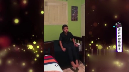 家庭幽默录像:姐姐在变魔术,把弟弟吓的直接