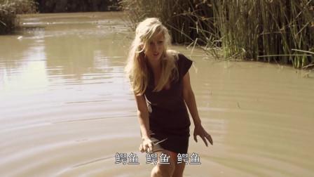 美女掉进满是鳄鱼的水池,不料这些鳄鱼只是幼