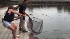 美女钓200斤的鱼王,看得我惊心动魄