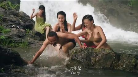 美女们正在河里嬉戏,不料男子潜水抓美女!
