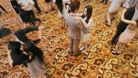 美女脱下高跟鞋和总裁共舞,全场瞬间沸腾了,