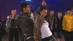 美女警花与下属喝醉了,竟在广场跳起热舞,不