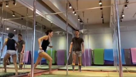 打铁还需自身硬,当钢管舞老师必须亲自示范才