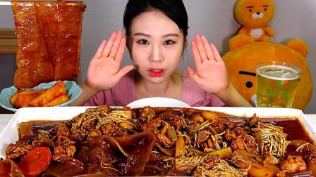 美女韩国大胃王,吃炖鸡肉和宽粉,大口吃肉真