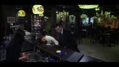 美女在酒吧醉酒,被龚剑命令站军姿,美女乖乖