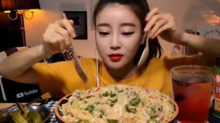 美女韩国大胃王,吃麻辣鳕鱼面和酸萝卜,网友