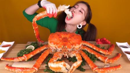 """韩国美女吃""""顶级""""帝王蟹,吃一口就要300多块"""
