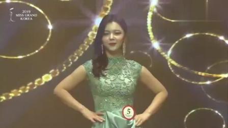 """时装秀:韩国美女走秀,却突然发生""""意外""""这"""