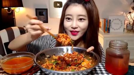 韩国美女吃播,香辣金枪鱼拌饭,看这色泽就觉