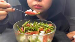 美食吃播:大胃王小姐姐吃蒜台炒腊肉和米饭,