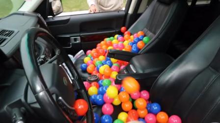 国外小伙花式恶搞,在好友车上放1000个塑料球,
