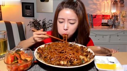 吃播:韩国美女吃货试吃韩式炸酱面,满满一大