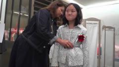 王菲女儿李嫣与友人逛街 深冬时节仍穿超短裙秀