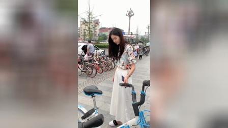 街拍:长那么大,难道小姐姐没骑过自行车?