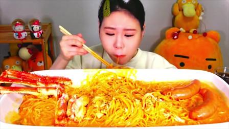 韩国大胃王美女试吃帝王蟹腿脆皮肠和拌面,大