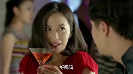大丈夫:美女离婚变得更潇洒了,和帅哥来酒吧