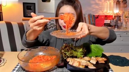 吃播:韩国美女吃货试吃麻辣拌面配猪肚,头一