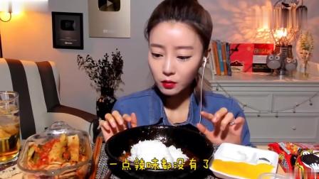 吃播:韩国美女吃货试吃韩式炸酱面,还用酱汁