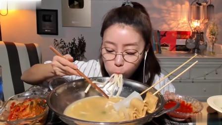 吃播:韩国美女吃货试吃鱼饼串面,配上辣酱,